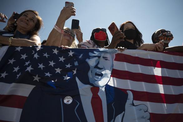 Ông Trump muốn dùng quyền của tổng thống để quyết cấp tiền cho dân - Ảnh 1.