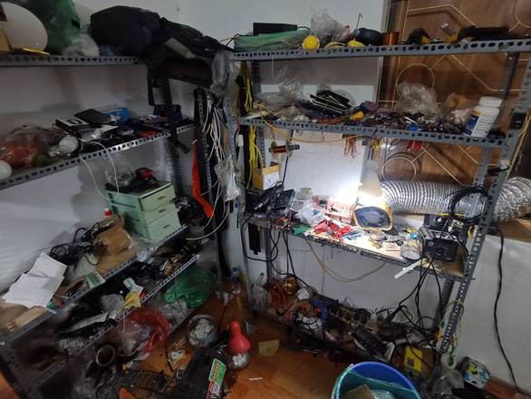 Công an Hà Nội thu giữ 150 thiết bị công nghệ cao để gian lận khi thi - Ảnh 1.