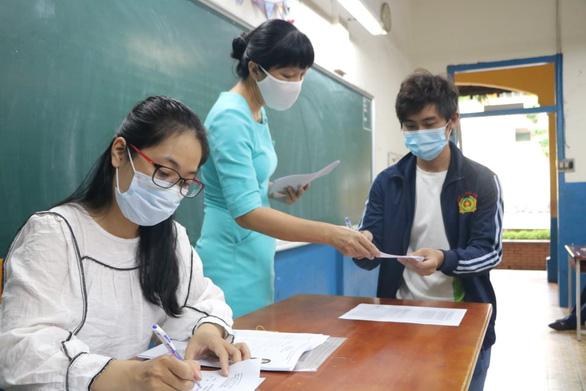 Thí sinh bắt đầu làm thủ tục thi tốt nghiệp THPT, kỳ thi chưa từng có - Ảnh 6.