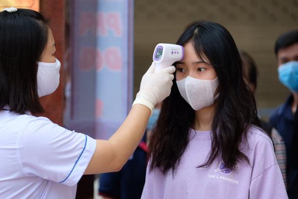 Bắc Giang tiêm vắc xin, xét nghiệm COVID-19 cho tất cả cán bộ làm thi tốt nghiệp THPT - Ảnh 1.