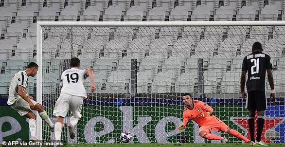 Ronaldo ghi hai bàn, Juventus vẫn bị Lyon loại ở Champions League - Ảnh 2.