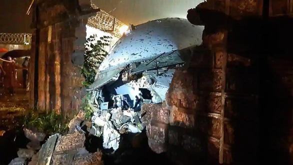 Những người sống sót sau tai nạn máy bay Ấn Độ ca ngợi cơ trưởng của chuyến bay - Ảnh 1.