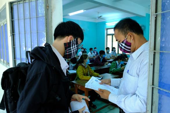 352 thí sinh của một trường học tại Quảng Ngãi phải dừng thi vì COVID-19 - Ảnh 2.