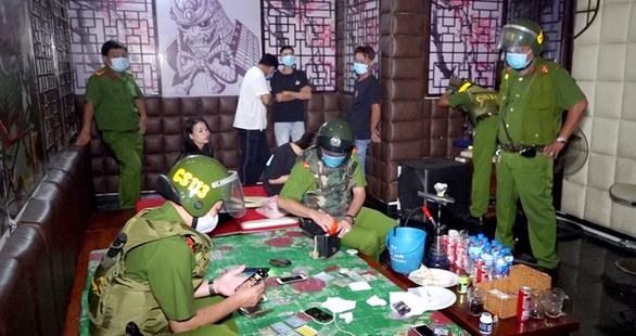 Phát hiện 18 thanh thiếu niên dương tính với ma túy trong quán karaoke - Ảnh 1.