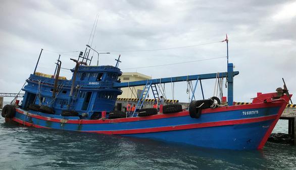 Cảnh sát biển bắt tàu chở 100.000 lít dầu DO không nguồn gốc - Ảnh 1.