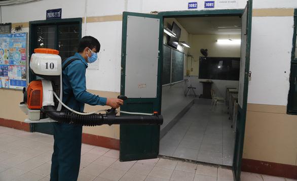 Thí sinh phải đo thân nhiệt trước khi vào phòng thi - Ảnh 1.