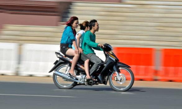 Dự luật cấm phụ nữ váy ngắn, đàn ông cởi trần bị phản đối kịch liệt ở Campuchia - Ảnh 1.