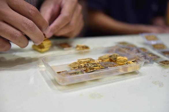 Cuối tuần giá vàng trong nước tiếp tục lao dốc, về ngưỡng 59 triệu đồng/lượng - Ảnh 1.