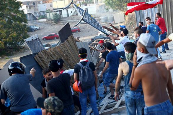 Người biểu tình Beirut chiếm trụ sở các bộ của Lebanon - Ảnh 3.