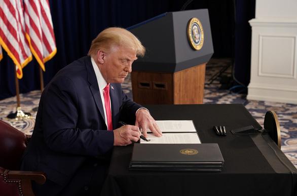 Tổng thống Mỹ qua mặt quốc hội, ký sắc lệnh hỗ trợ người bị ảnh hưởng bởi COVID-19 - Ảnh 1.
