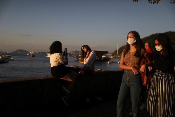 Dịch COVID-19 ngày 9-8: Mỹ vượt 5 triệu ca nhiễm, Brazil có hơn 100.000 người tử vong - Ảnh 1.