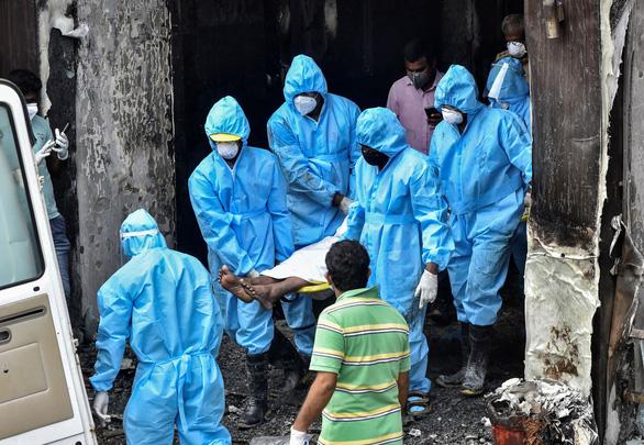 Cháy khách sạn dùng làm cơ sở điều trị COVID-19 ở Ấn Độ, 9 người chết - Ảnh 1.
