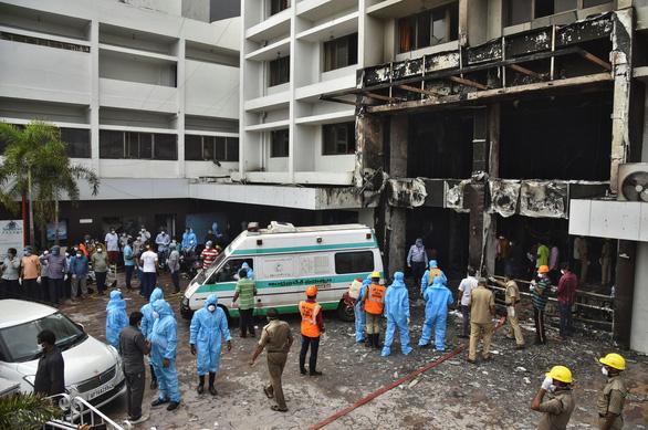 Cháy khách sạn dùng làm cơ sở điều trị COVID-19 ở Ấn Độ, 9 người chết - Ảnh 2.