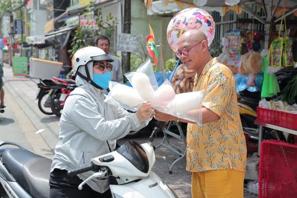 Color Man làm người bán hàng rong, kêu gọi giúp đỡ những mảnh đời khó khăn - Ảnh 4.