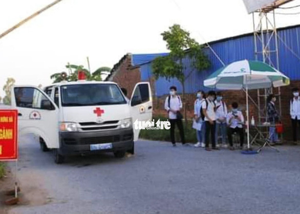 Thái Bình: 8 thí sinh đi thi bằng xe chuyên dụng, bài thi được khử khuẩn bằng đèn cực tím - Ảnh 2.