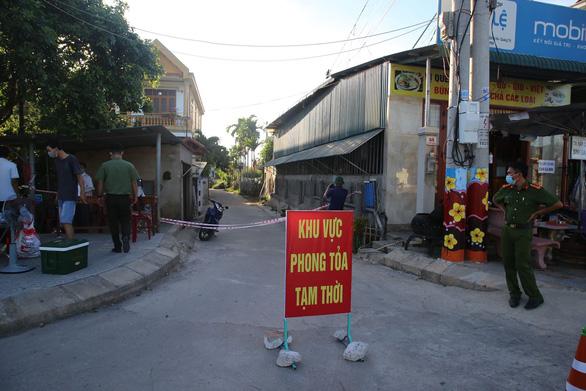 Bệnh nhân 833 đi nhiều ngân hàng, phong tỏa thêm 3 khu vực tại Quảng Trị - Ảnh 1.