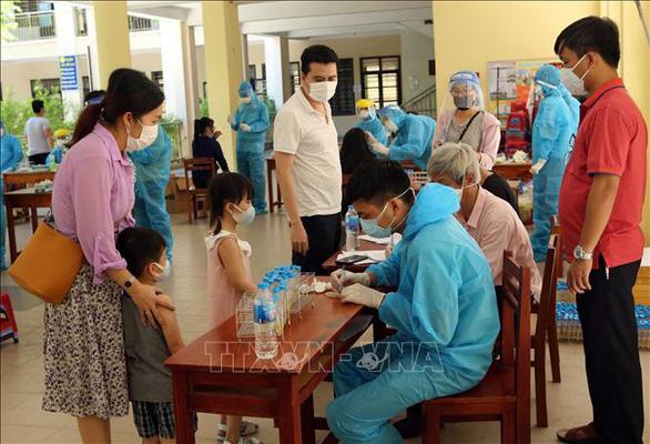 Hơn 700 du khách đăng ký về TP.HCM được lấy mẫu xét nghiệm COVID-19 - Ảnh 1.
