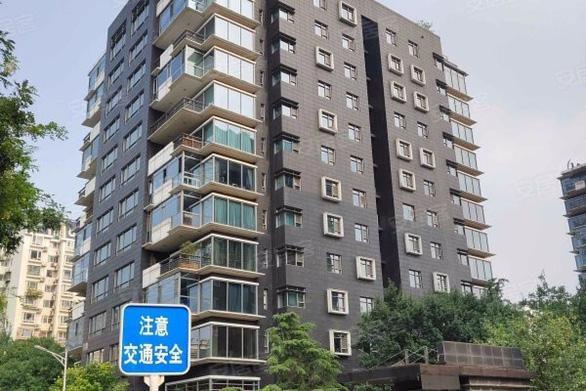 Hai căn hộ sang của Thành Long ở Bắc Kinh bị tịch thu, rao bán - Ảnh 1.
