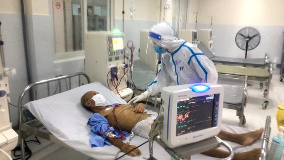 Chống dịch, hậu cần bệnh viện đi... bốc vác, hứng cả ủng mồ hôi mỗi ngày - Ảnh 1.