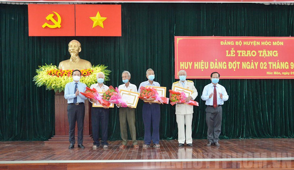 Lãnh đạo TP.HCM trao huy hiệu Đảng cho đảng viên lão thành - Ảnh 3.