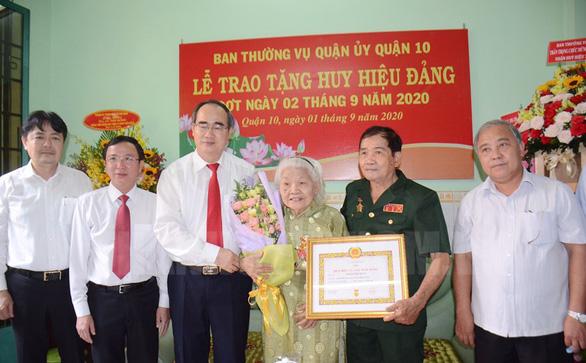 Lãnh đạo TP.HCM trao huy hiệu Đảng cho đảng viên lão thành - Ảnh 2.