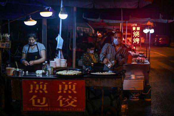 Vì khó khăn, Bắc Kinh nhắm mắt làm ngơ cho dân đi bán hàng rong - Ảnh 1.