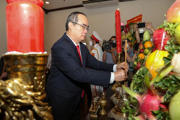 Lãnh đạo TP.HCM dâng hương tưởng niệm Chủ tịch Hồ Chí Minh - Ảnh 2.