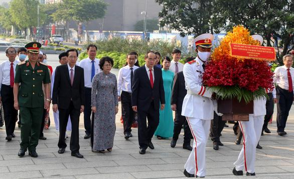 Lãnh đạo TP.HCM dâng hương tưởng niệm Chủ tịch Hồ Chí Minh - Ảnh 4.