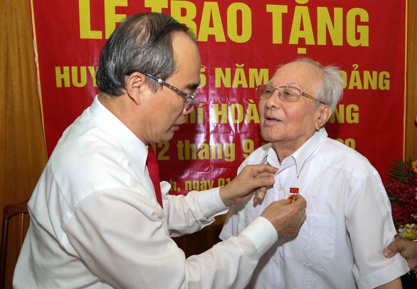 Lãnh đạo TP.HCM trao huy hiệu Đảng cho đảng viên lão thành - Ảnh 1.