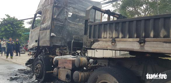 Xe container đang chạy bỗng bốc cháy dữ dội - Ảnh 4.