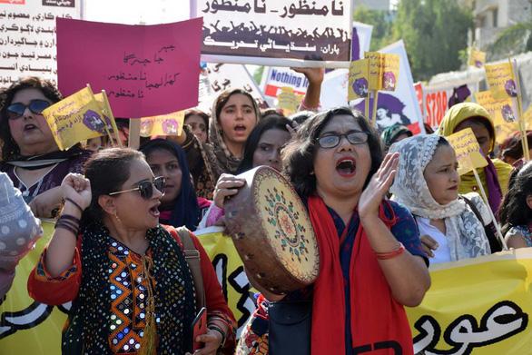 Khi phụ nữ Pakistan hẹn hò qua Tinder - Ảnh 1.