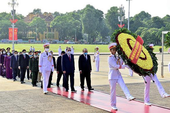 Tổng Bí thư, Chủ tịch nước dâng hương tưởng niệm Chủ tịch Hồ Chí Minh - Ảnh 3.