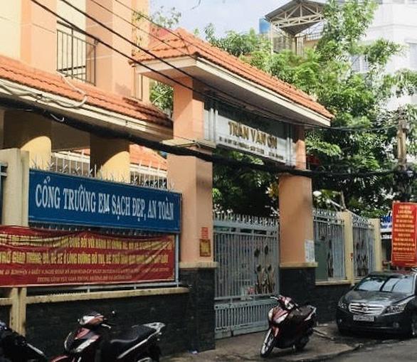 Hiệu trưởng Trường tiểu học Trần Văn Ơn bị đình chỉ công tác - Ảnh 1.