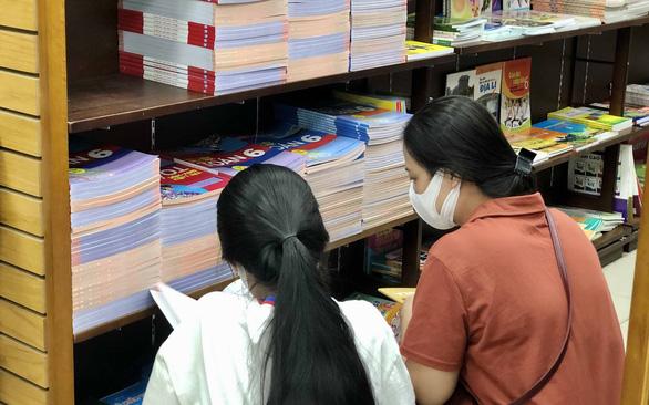 TP.HCM: Nhiều nhà sách hết sách giáo khoa, NXB hẹn 1-2 ngày có - Ảnh 1.