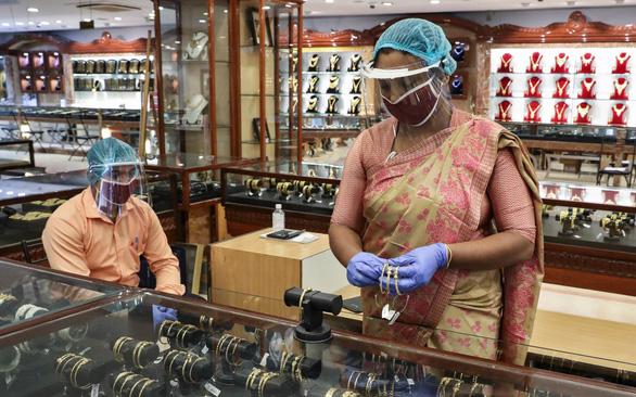 Quốc gia luôn tích trữ vàng, nay người dân Ấn Độ đã phải bán vàng - Ảnh 1.