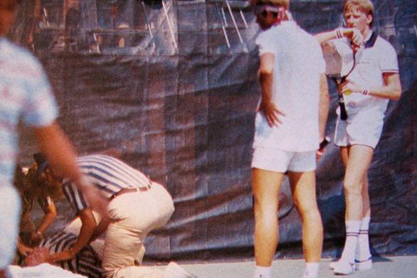 37 năm trước thầy cũ của Federer từng đánh bóng trúng chỗ hiểm khiến trọng tài té tử vong - Ảnh 1.
