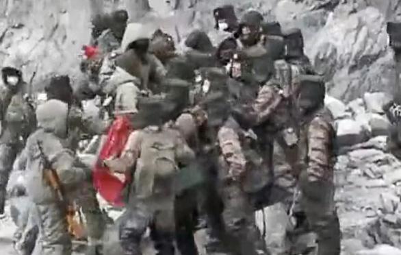 Video lính Trung Quốc, Ấn Độ ẩu đả ở khu vực biên giới là thật hay giả? - Ảnh 1.