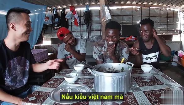 Trước Hưng Vlog, nhiều YouTuber đã nấu cháo gà, bồ câu nguyên lông đầy phản cảm - Ảnh 4.