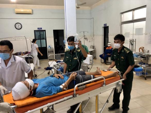 Đưa 25 ngư dân bị nạn trên biển vào đảo Phú Quý cứu chữa - Ảnh 1.