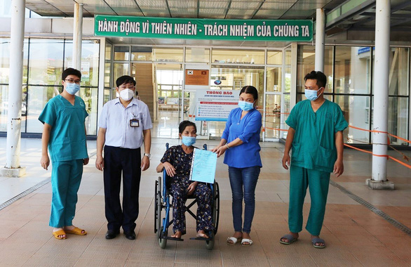 The 69-year-old woman who is paralyzed with COVID-19 has recovered and is discharged from the hospital - Photo 1.