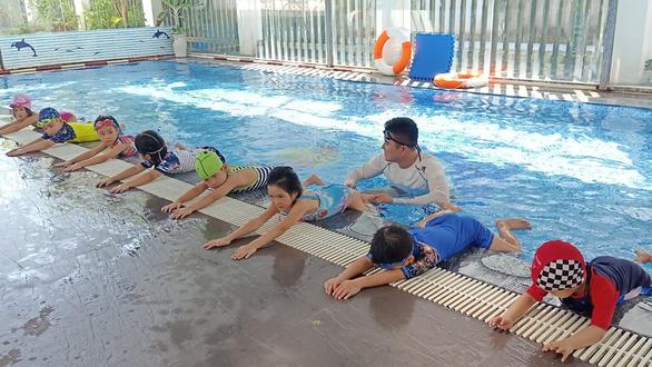 Dạy con sinh tồn dưới nước trước khi dạy bơi - Ảnh 1.