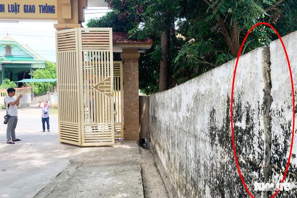 Tường đổ đè chết học sinh: 'Trường biết tường hư hỏng nhưng chưa có tiền sửa' - Ảnh 5.