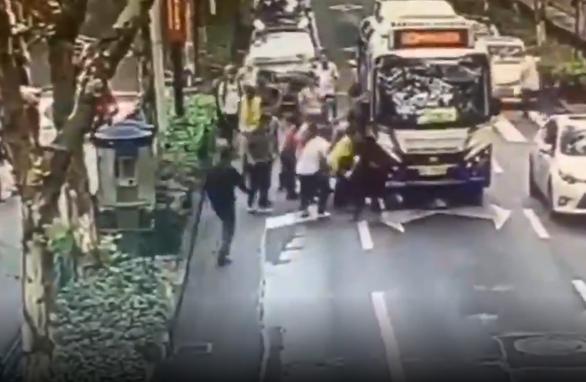 Trong 30 giây, hàng chục người cứu cô gái Trung Quốc bị cuốn vào gầm xe buýt - Ảnh 2.