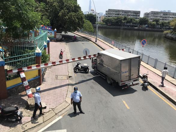 Xe tải kéo sập khung giới hạn dạ cầu Hoàng Hoa Thám, phong tỏa đường Trường Sa - Ảnh 1.