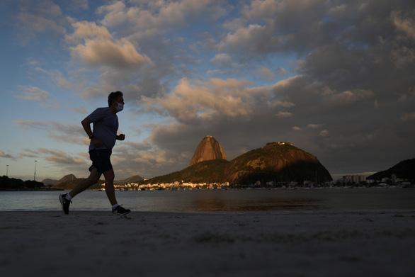 COVID-19 ngày 12-9: Tây Ban Nha hơn 12.000 ca một ngày, Brazil hơn 130.000 người chết - Ảnh 3.