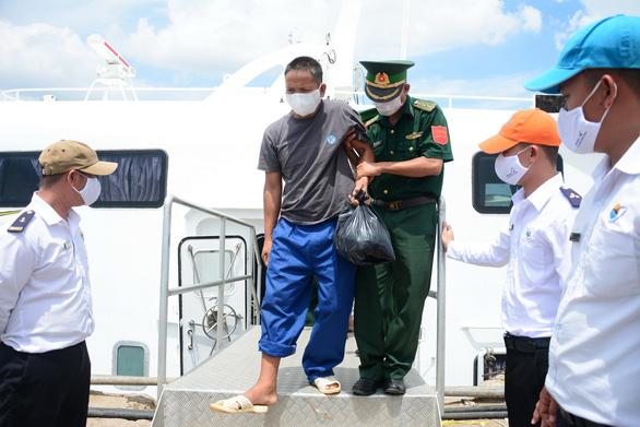 Hỗ trợ 25 ngư dân gặp nạn trên biển về quê Quảng Ngãi - Ảnh 1.