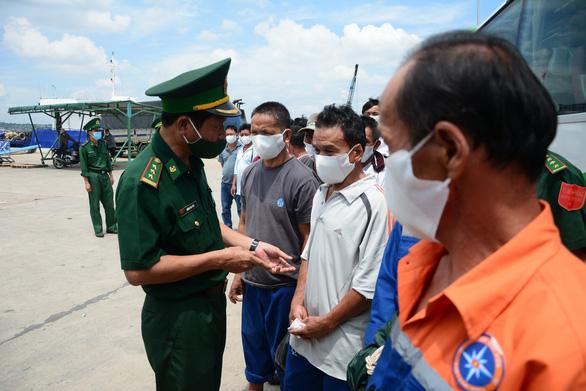 Hỗ trợ 25 ngư dân gặp nạn trên biển về quê Quảng Ngãi - Ảnh 2.