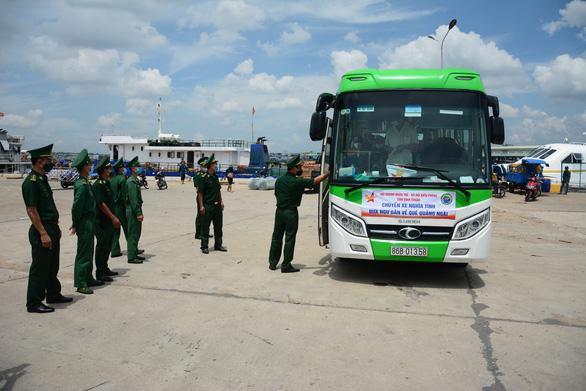 Hỗ trợ 25 ngư dân gặp nạn trên biển về quê Quảng Ngãi - Ảnh 3.