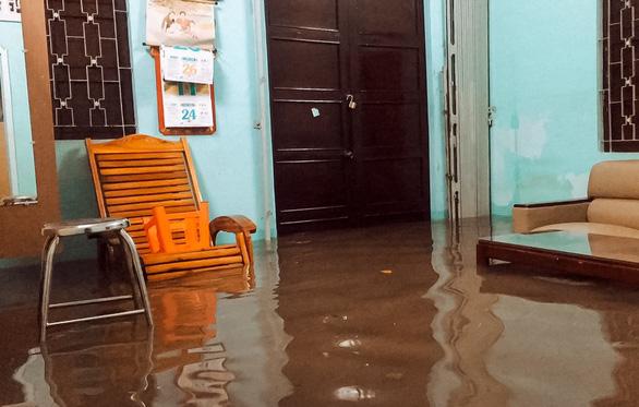 Nước tràn vào nhà ngập cả mét, người dân phải tự đào rãnh thoát nước - Ảnh 2.