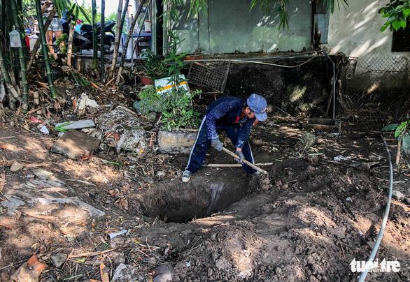Nước tràn vào nhà ngập cả mét, người dân phải tự đào rãnh thoát nước - Ảnh 1.